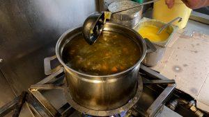 Jos deelt soep uit aan hardwerkende boswachters